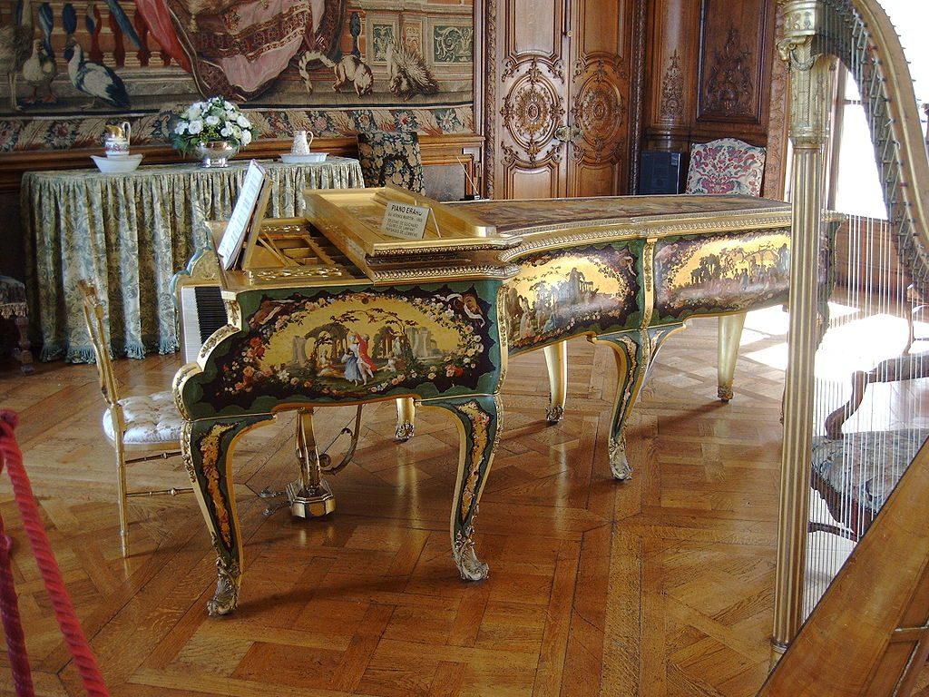 Histoire du Piano: la firme Erard a joué un rôle importat. Ici, un piano Érard au vernis Martin, 1835, collection du Château de Bizy.